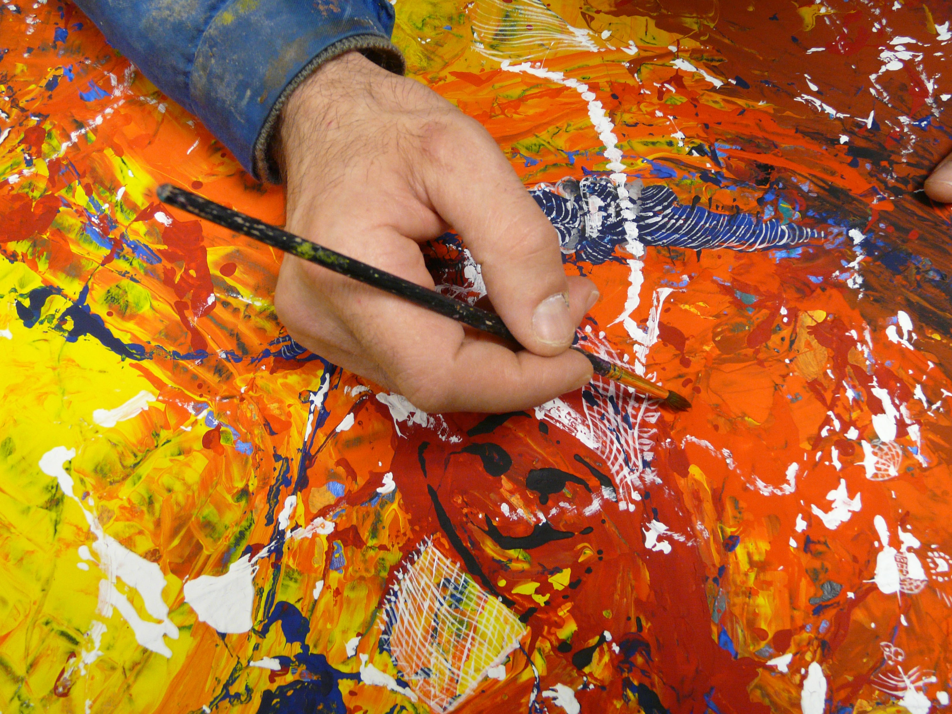 Résultat d'un épanouissement personnel, le corps, le geste, la main, se noient dans la forme et la couleur pour incarner l'émotion. La peinture est un guide qui nourrit, redonne confiance et valorise. Ces œuvres grandissent leur auteur ; on peut parfois y lire la souffrance mais plus fondamentalement la vie.
